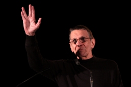 """Live long and prosper."" Leonard Nimoy auf der Phoenix ComicCon in Arizona, 2011. Foto: Gage Skidmore"