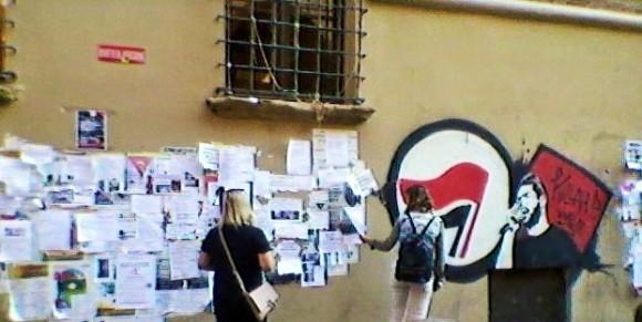Studentinnen bei der Wohungssuche, Piazza Verdi. (Bearbeitung: Helligkeit und Kontrast, wegen mieser Handyqualität)